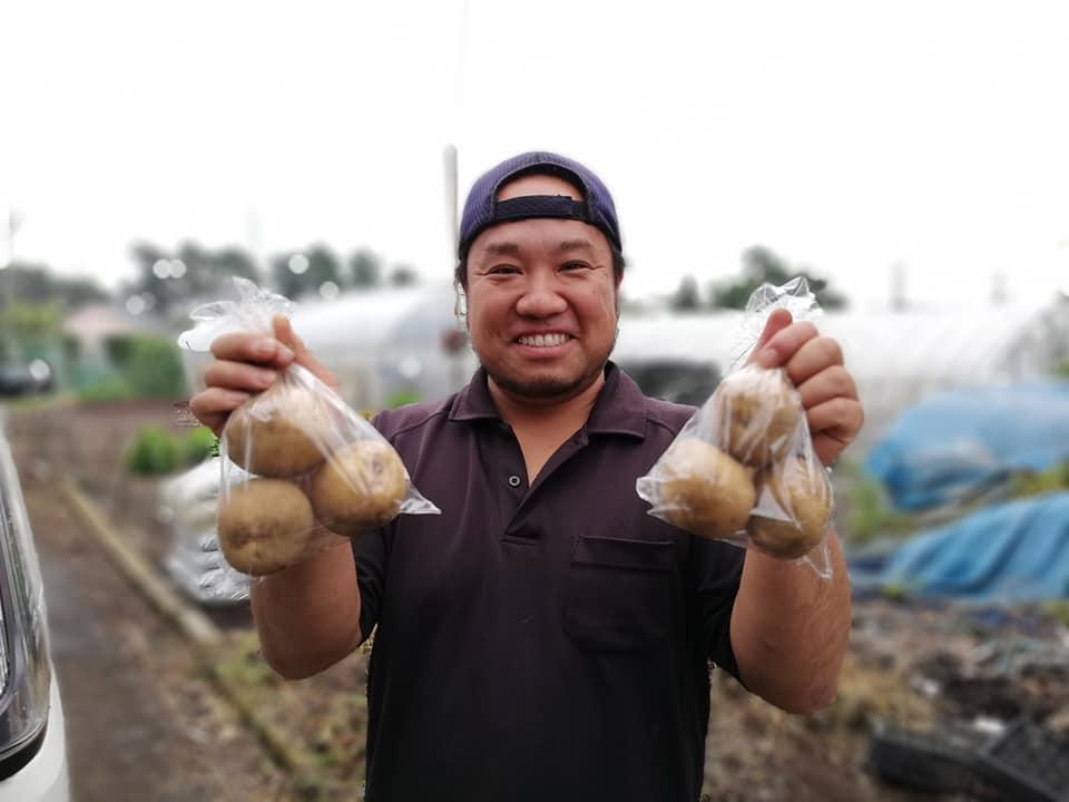 6月受け渡しのジャガイモを持つ三鷹市牟礼の高橋喜宏さん