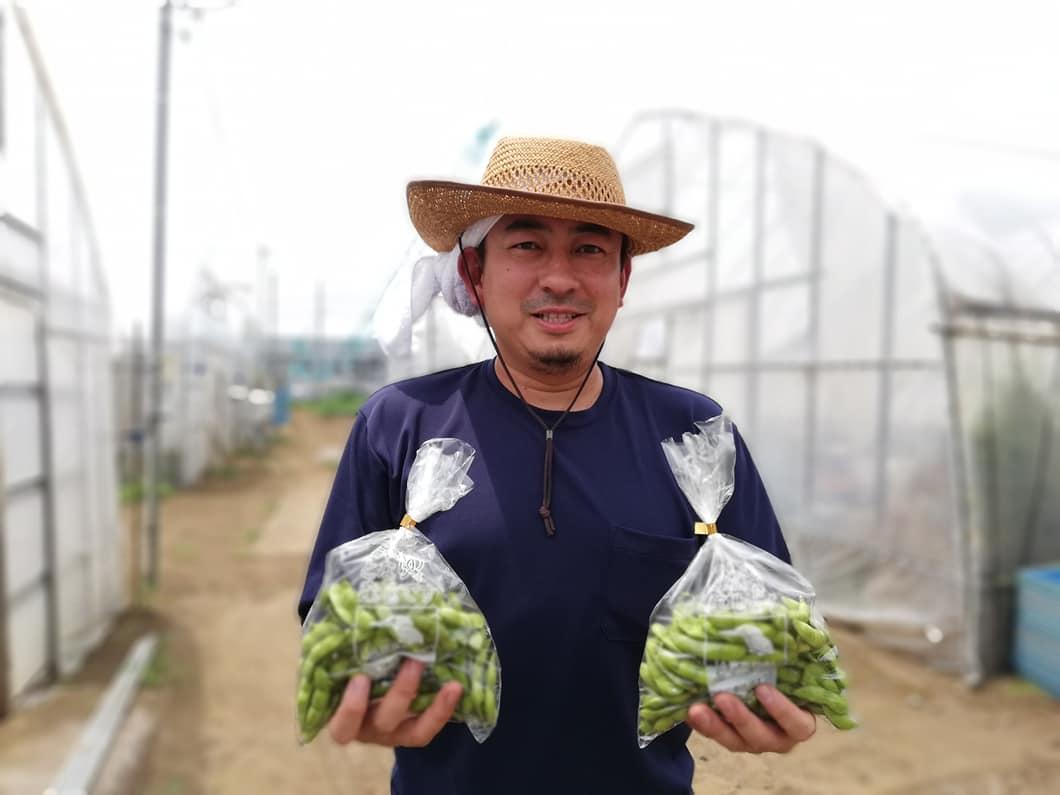 7月受け渡しの枝豆を持つ森屋賢さん